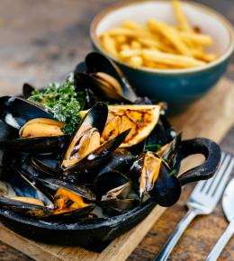 mussel-and-fries-night-at-the-working-boat-falmouth-cornwall