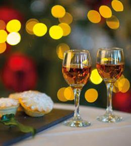 Mince pies with glasses of alcohol