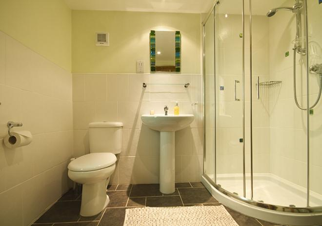 Ensuite bathroom next to the master bedroom. Gospenheale Barn | Launceston