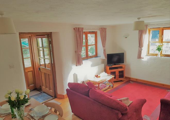 Old Basset Cottage offers lovely self-catering holiday accommodation near Porthtowan in North Cornwall - Lounge and dining area