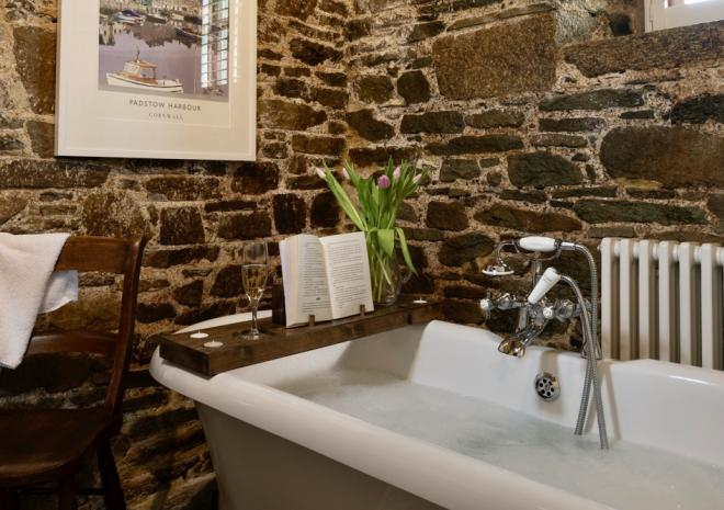 stable-cottage-roll-top-bath