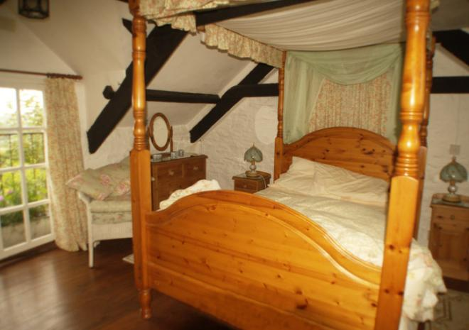 Double Bedroom - Stables Cottage with four poster bed
