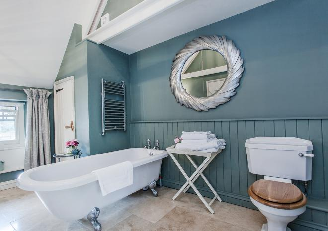 Ring and Thimble bathroom - p[lenty of space