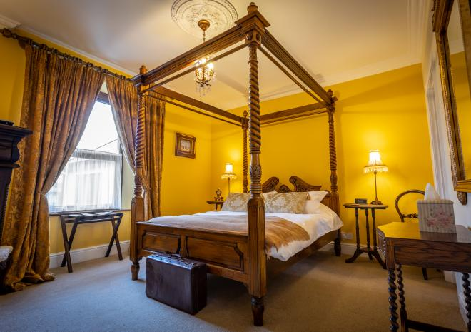 Superior King Room with 4 poster