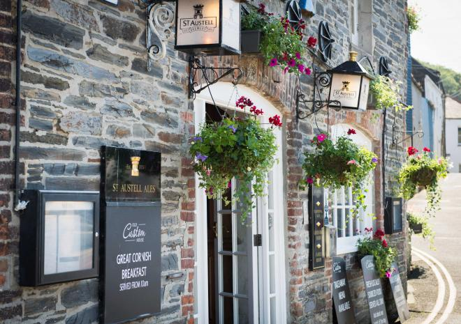 old-custom-house-exterior-padstow-cornwall-cornish-pub-hotels-st-austell-brewery