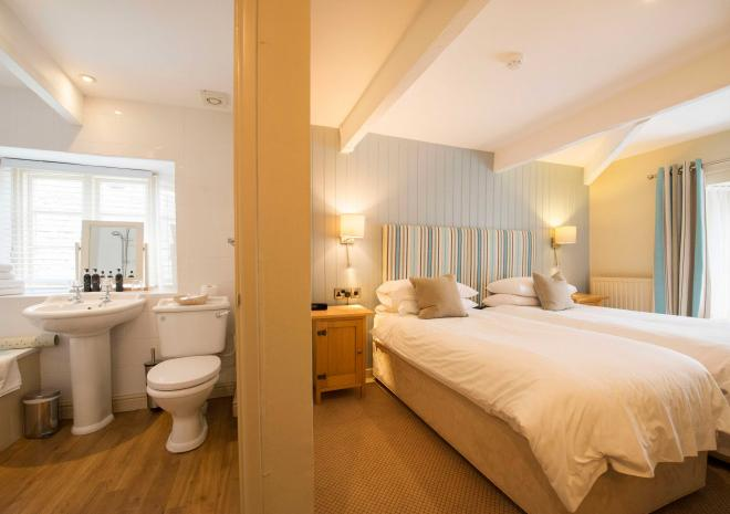 padstow-cornwall-old-custom-house-st-austell-brewery-hotel-room