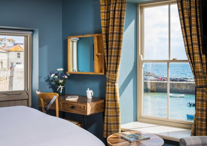 ship-inn-mousehole-interior-bedroom-hotels-in-cornwall-harbour-views