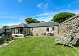 Boseknna Cottage with secluded walled garden